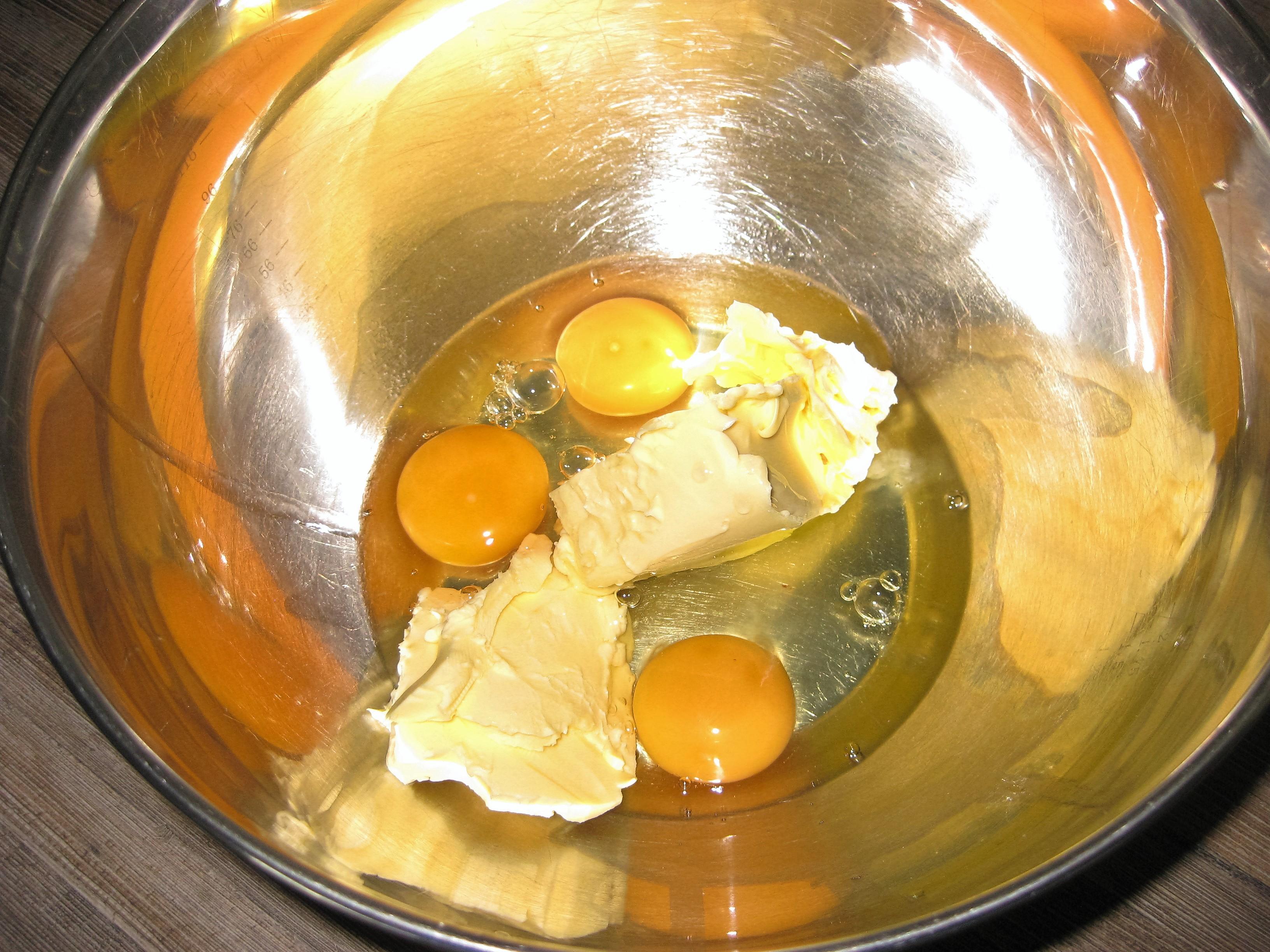 Eier und Butter in der Schüssel Hausfrauenmethode