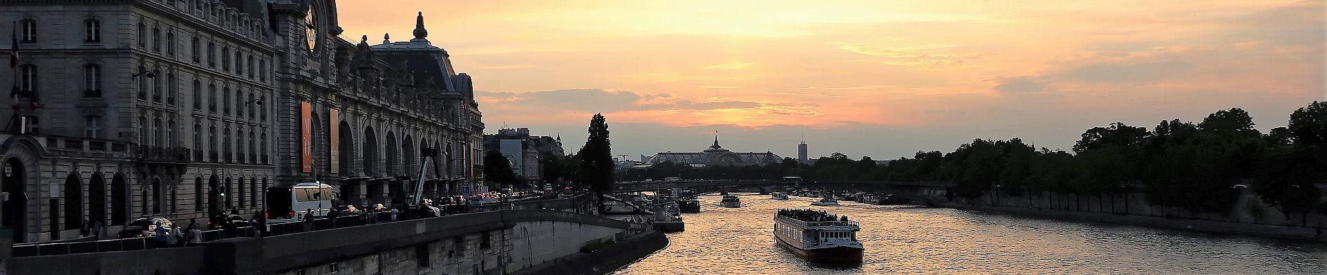 Seine mit Boot im Sonnenuntergang